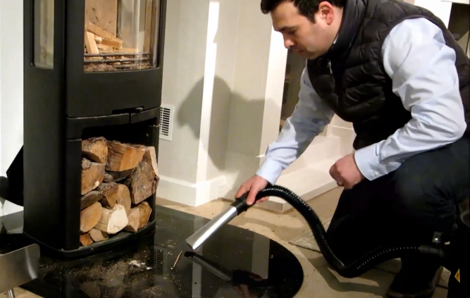 Vacuum cleaner for collecting ashes in the fireplace