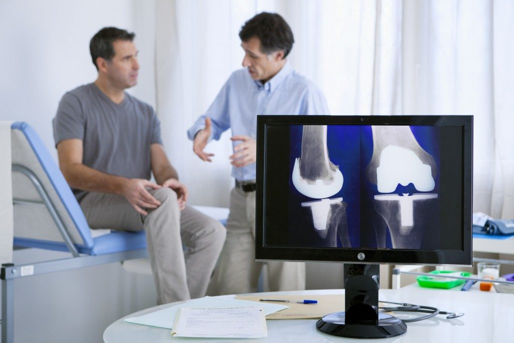 Man consulting a knee doctor