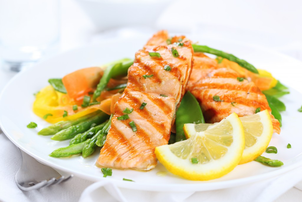 grilled salmon with asparagus and lemon