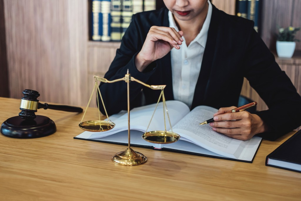 3 Things You Need to Know When Hiring a Lawyer