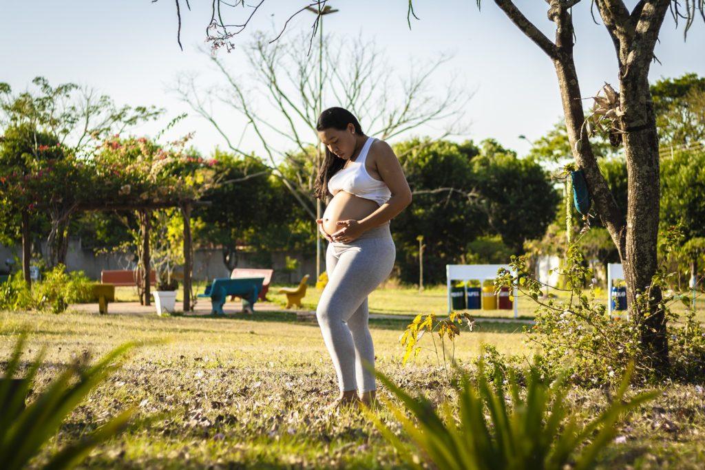 pregnant-woman-wearing-leggings